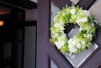 初夏の装花高輪教会様へドアのリースとベンチフラワー - 一会 ウエディングの花