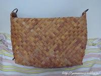作品展用バックの縁を編む - ロシアから白樺細工