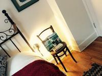 ベッドサイドチェアー:夏仕様 - にゃんこと暮らす・アメリカ・アパート