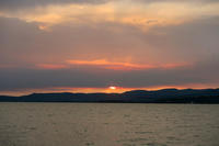雲間より出づる日と月美しき、トラジメーノ湖 - イタリア写真草子 Fotoblog da Perugia