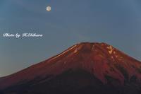 赤富士と月 - 写真家 海老原 勇人