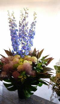 平岸4条の斎場でのお通夜にアレンジメント2種。「少し感じ変えて」。2017/07/13。 - 札幌 花屋 meLL flowers