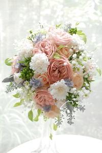 ベージュピンクオールドローズとかすみ草のオーバルブーケ! - momo★スタイル