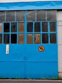 青い引き戸 - 四十八茶百鼠