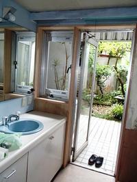 湿気がこもりがちな洗面脱衣室に後付け網戸を取り付けました - 快適!! 奥沢リフォームなび