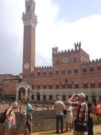 シエナ、宴の前のカンポ広場 - フィレンツェのガイド なぎさの便り
