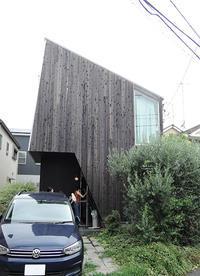 世田谷S邸の無塗装木外壁6年半経過した状態 - i+i