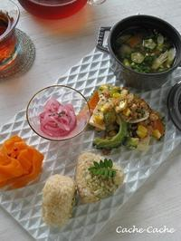 大豆ミートのゴーヤチャンプルと、玄米おにぎりのワンプレート - キッチンで猫と・・・