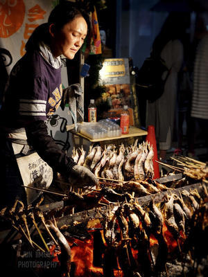 A street vendor that sells Salt-grilled sweetfish. - [EST.] Jun Iimura Photography