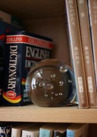 本と本のすきま - 宙吹きガラスの器