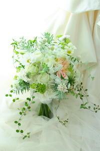 夏のクラッチブーケ 花嫁様が笑顔でふわりとゆれるブーケ ル・プティ・ブドン様へ - 一会 ウエディングの花
