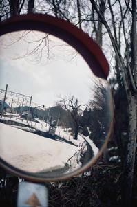 冬を回想する夏のカーブミラー - Film&Gasoline