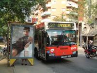 """「オーイ、バスの運ちゃん、どこ行っちゃうんだ。路線ハズレてるゾー!!」 - """"みんなアベコベ、日本とスペイン!"""""""