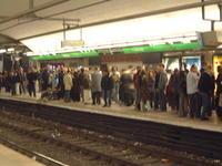 """(バス地下鉄)到着までの残り時間がどんどん増えていく!? - """"みんなアベコベ、日本とスペイン!"""""""