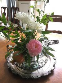 花とワイヤーバスケット - ちょっと田舎暮しCalifornia
