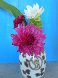 こい紫の秋の花と有田焼の花瓶 - うららフェルトライフ
