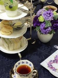 紅茶教室ラストはアフタヌーンティーで - お花に囲まれて