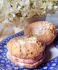 苺のクリームにまるごと苺のフレッシュなコンポートが入ってます 苺のダックワーズ  横浜パティスリー・ラ・メールの洋菓子教室 - パティスリーラ・メールの洋菓子教室