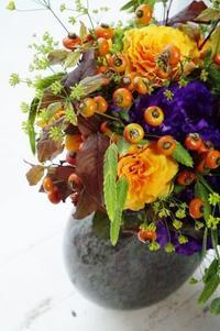 どことなくハロウィンなブーケロン - お花に囲まれて