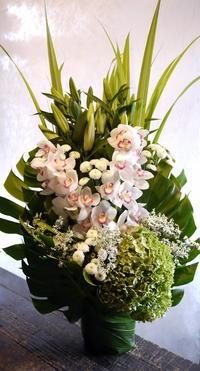 奥様から、他界された旦那様のご自宅祭壇横のアレンジメントと、祭壇上の一対のアレンジメント。2017/09/23。 - 札幌 花屋 meLL flowers