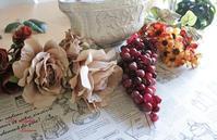 ブラウン&ボルドーの花でテーブルを飾る - アーティフィシャルフラワー THE LIGHTS(ザ・ライツ)