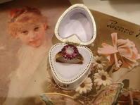 瑞々しい輝きが魅力  10月の誕生石 オパールとルビーのリング - AntiqueJewellery GoodWill