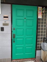 玄関ドアにディズニーの鋳物レリーフの取り付け - 快適!! 奥沢リフォームなび