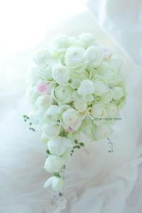 セミキャスケードブーケアニヴェルセル東京ベイ様へ、挙式ブーケは白の丸いバラ、お色直しは手作りブーケで - 一会 ウエディングの花