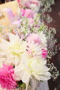 秋の装花ダリアのピンクとカスミソウの白と、デルフィニウムの紫、そしてキャンドル - 一会 ウエディングの花