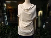 体型を全て見せるのではなくドレープで綺麗に見せるMILFOILオーガニックコットンオフネック長袖カットソー - contemporary creation+ ART FASHION DESIGN