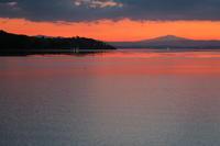 夕焼けを愛で振り向けば丸い月、イタリア トラジメーノ湖 - イタリア写真草子 - Fotoblog da Perugia