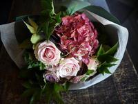 御命日に花束。「アアルトベースのフィンランディアに合うように。バラも可」。2017/10/01。 - 札幌 花屋 meLL flowers