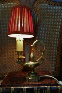 赤いシェードのブロンズ小ランプ23  Hold(Maki10.6) - スペイン・バルセロナ・アンティーク gyu's shop