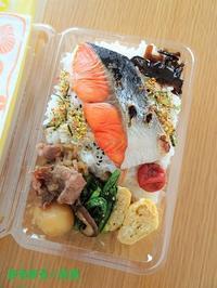 焼き鮭&肉じゃが弁当 ~捨てられるお弁当箱で~ - まるまる☆弁当