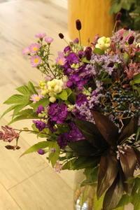 お誕生日の花束 お母さまへ 紫と白 - 北赤羽花屋ソレイユの日々の花