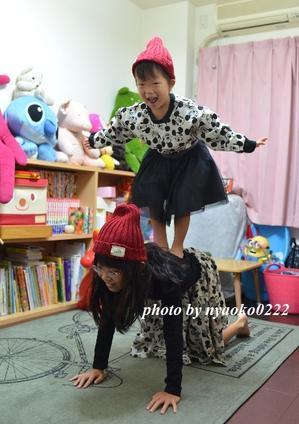 姉妹で組体操 - nyaokoさんちの家族時間