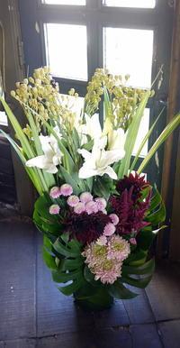 お通夜にアレンジメント①。北19条の斎場にお届け。2017/10/21。 - 札幌 花屋 meLL flowers