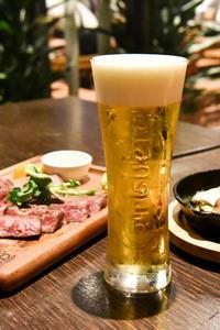 赤坂見附 「肉バル&ビアガーデン Vegeta 赤坂 」上質な黒毛和牛の赤身肉グリルと熱々ラクレットチーズ - IkukoDays
