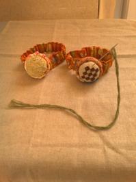 ミニ針刺しにゴムをつけてみた - 手編みバッグと南部菱刺し『グルグルと菱』