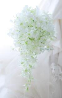 キャスケードブーケ 帝国ホテルさまへ 蘭だけで 純白のブーケ - 一会 ウエディングの花
