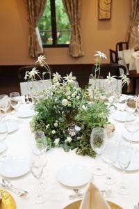 秋の装花ユーカリとフランネルフラワー、切り株とキャンドル、ナチュラルウェディングの一日に - 一会 ウエディングの花