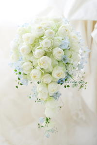 セミキャスケードブーケザ テンダーハウス様へ 白のバラと薄い青で - 一会 ウエディングの花