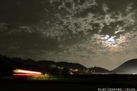 夜に浮かぶ光の道 - PTT+.