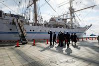 練習船 海王丸 出港 - 長い木の橋