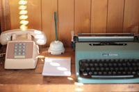 古いタイプライターとレトロな電話 - Happy Days