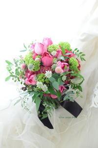 クラッチブーケ 代官山PACHON様へ カシスピンクとイブピアッチェ、緑をたくさんで - 一会 ウエディングの花
