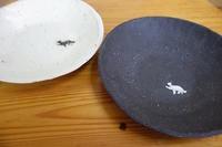 白と黒の深皿・豆皿〜猫とリス模様〜 - ぼちぼち