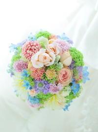 ラウンドブーケデルフィニウムをアクセントにミックスカラーと金曜日 - 一会 ウエディングの花