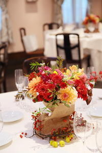 秋の装花ダリアと紅葉、秋の実の階段装花 - 一会 ウエディングの花