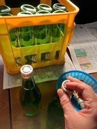 「純米吟醸ブルーラベル」「特別純米ゴールドラベル」の瓶詰 - 日本酒biyori